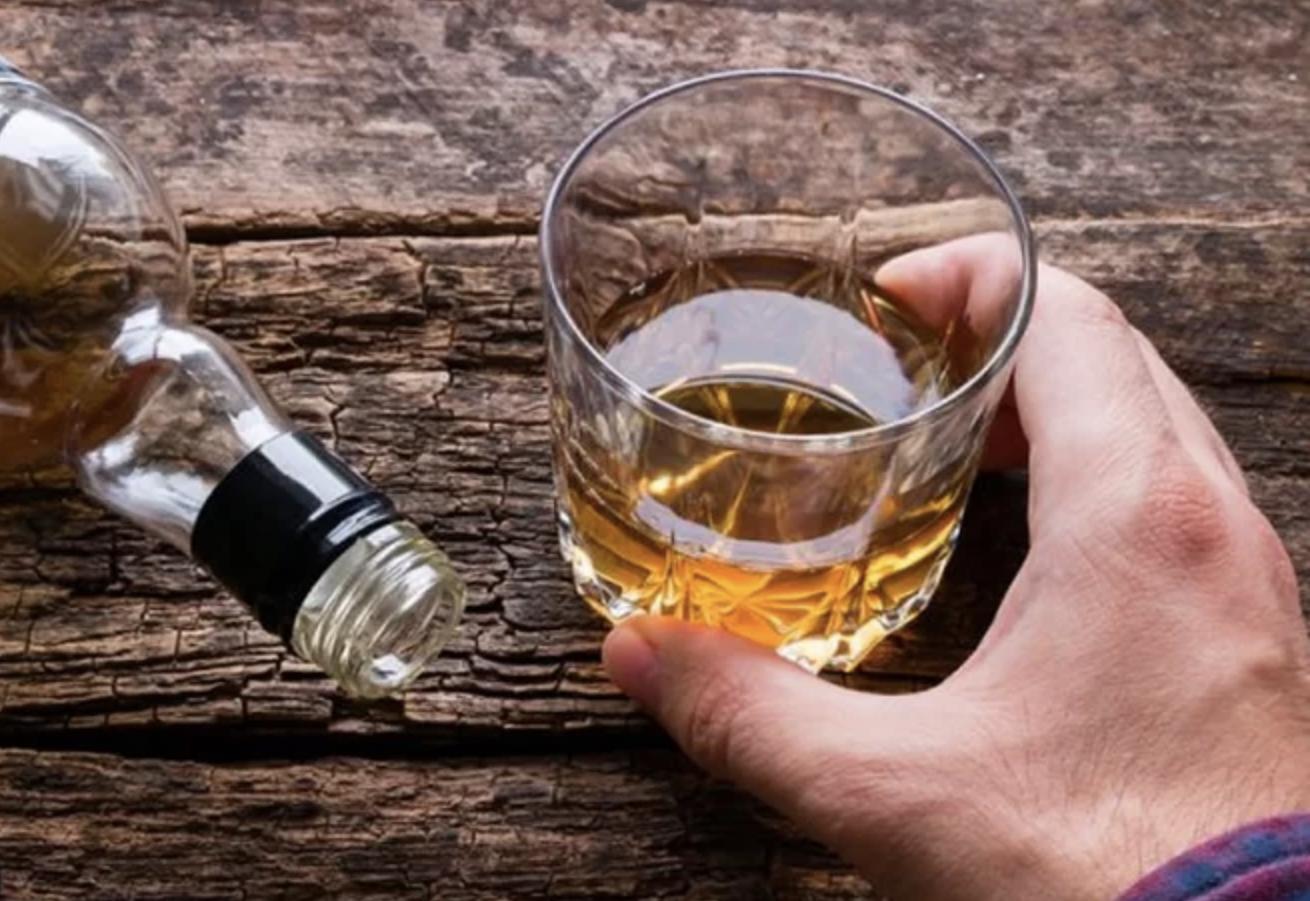 Uống rượu không chỉ ảnh hưởng đến trẻ sơ sinh mà còn gây hại đến sức khỏe vợ chồng.