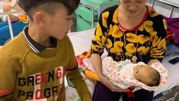 Xúc động cậu bé 13 tuổi đạp xe mất phanh từ Sơn La xuống Hà Nội thăm em ở viện