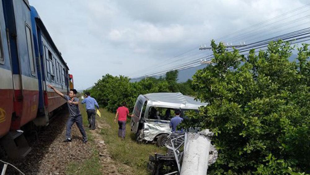 Bình Thuận: Tàu hỏa tông ôtô, 3 người chết