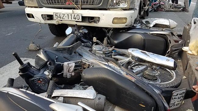 Xe tải tông xe máy văng la liệt ở TP HCM
