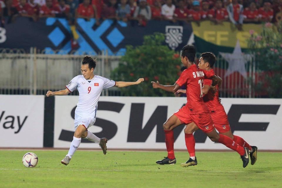 Va chạm với Văn Quyết, Văn Toàn sớm chia tay AFF Cup 2018 vì chấn thương đầu gối