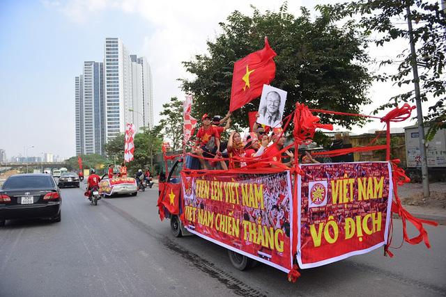 Rầm rộ diễu hành chờ Việt Nam vào chung kết