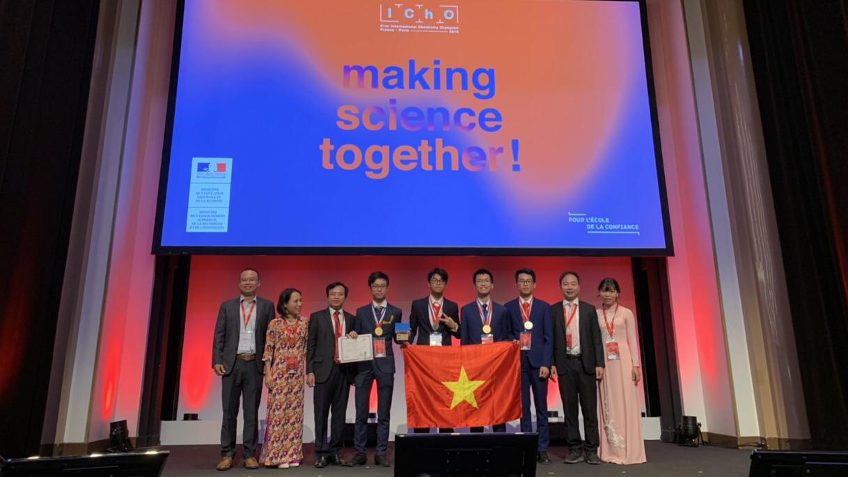 4 học sinh thi Olympic Hoá quốc tế mang về 2 HCV, 2 HCB