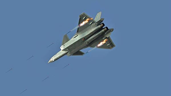 Tiêm kích J-20 của Trung Quốc hở sườn khi