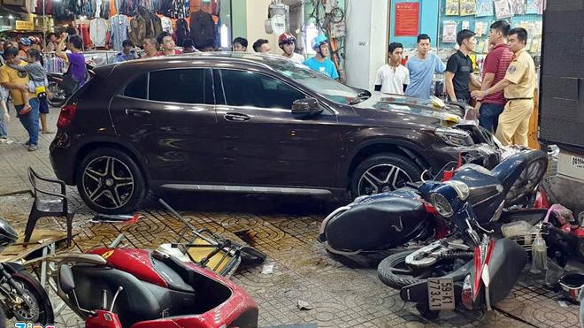 Mercedes tông hàng loạt xe máy ở đường phố Sài Gòn