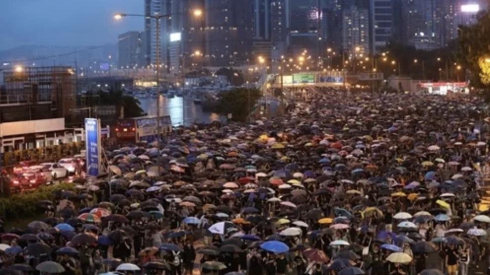 Hàng trăm nghìn người Hong Kong đội mưa biểu tình