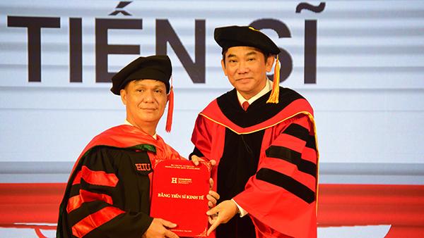 Tiến sĩ đầu tiên của Trường ĐH quốc tế Hồng Bàng nhận bằng tốt nghiệp