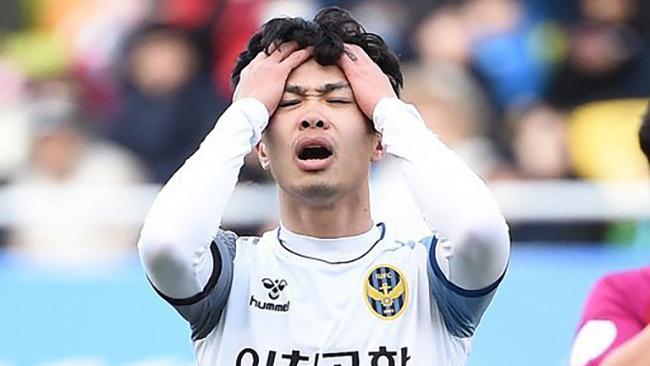 Công Phượng mất chỗ Incheon United: Thầy chê, đồng đội quay lưng...