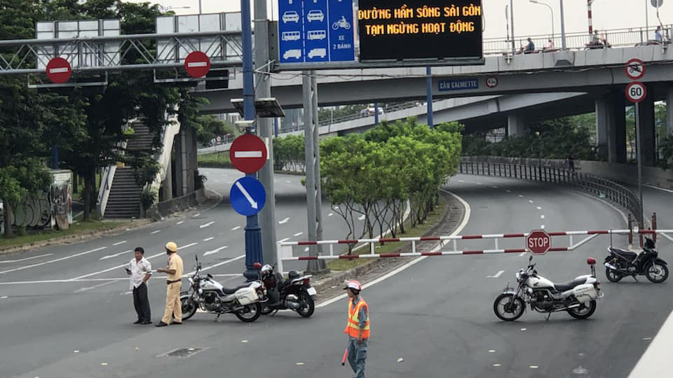 Đường hầm sông Sài Gòn gặp sự cố, đường vào trung tâm TP kẹt cứng