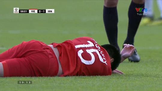 Cầu thủ Đức Huy mất trí nhớ sau va chạm với cầu thủ Iran