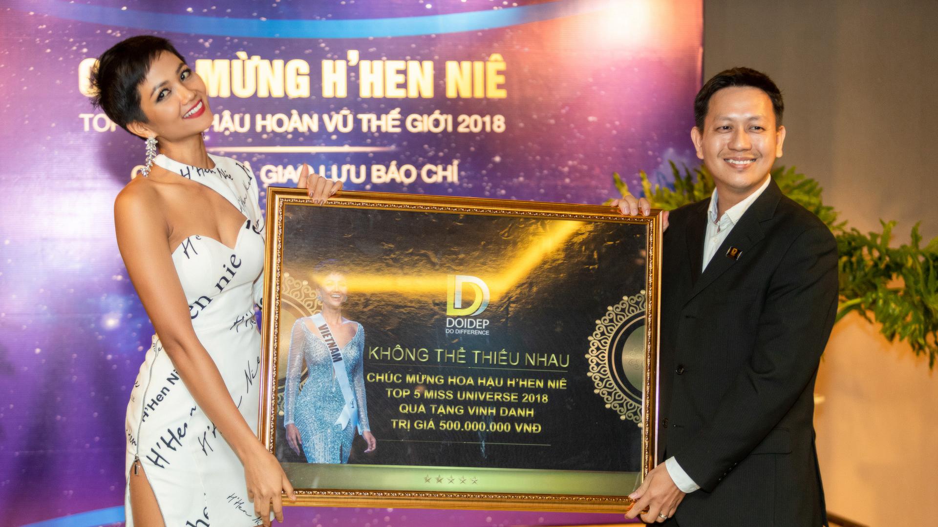 Trở về từ Miss Universe 2018, Hoa hậu H'Hen Niê dành 100% tiền thưởng làm từ thiện
