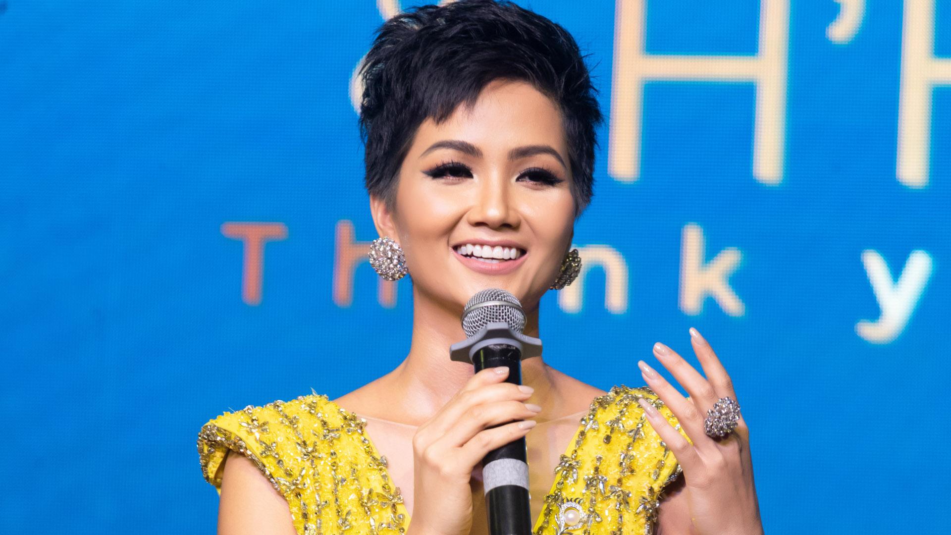 """Hoa hậu H'Hen Niê diện đầm dạ hội vàng tái hiện màn xoay váy """"đẳng cấp"""" tại Miss Universe 2018"""
