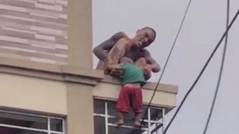 Ông bố nghi bị ngáo đá thả bé trai từ tầng 2 xuống