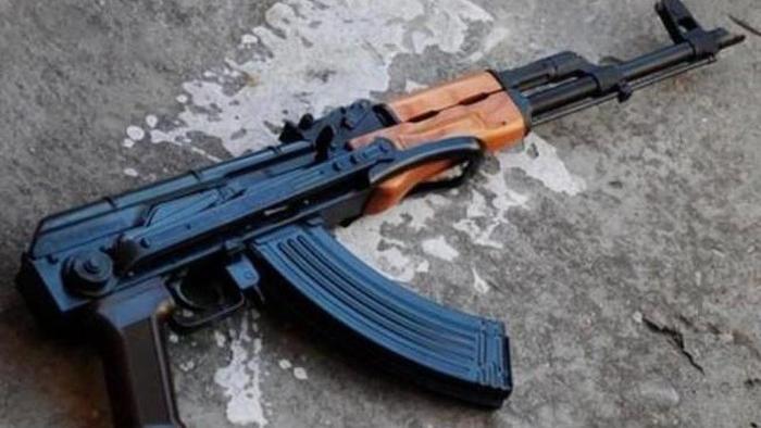 Thanh niên mang súng AK đi cướp Taxi