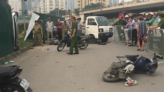 Hà Nội: Nữ tài xế ô tô tông hàng loạt xe đang dừng đèn đỏ