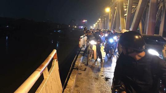 Hà Nội: Xe ô tô tông đổ lan can cầu Chương Dương rồi lao xuống sông Hồng
