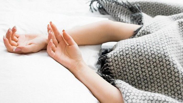 Trùm chăn kín đầu khi ngủ có tốt cho sức khỏe?