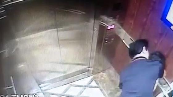 Bé gái có dấu hiệu bị dâm ô trong thang máy chung cư ở quận 4