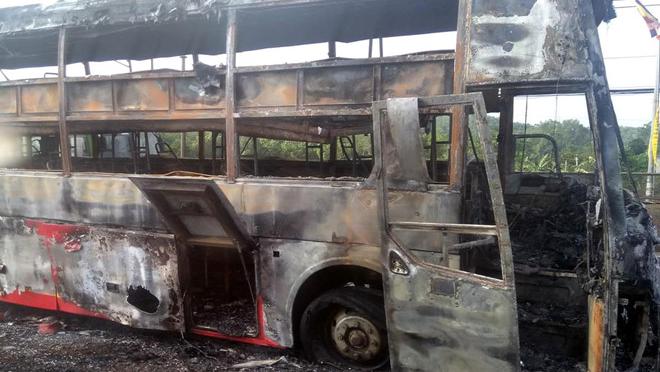 Xe giường nằm bốc cháy dữ dội trên quốc lộ 1A